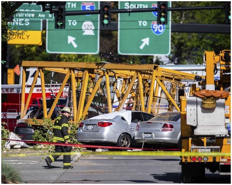 天秤塌下后断成两截压毁6辆汽车。