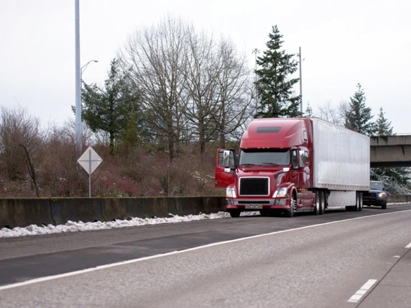 一辆货车在美国密歇根州一条公路上行驶途中,意外丢了3万美元。 示意图