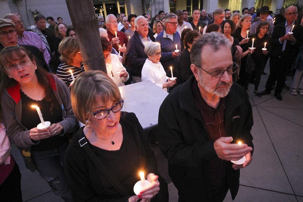 市民哀悼死者,為傷者祈禱。AP圖片