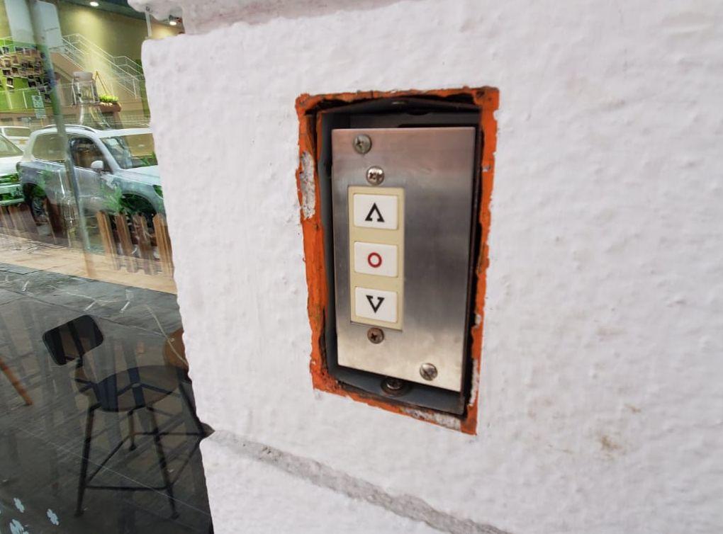 電閘被撬開。