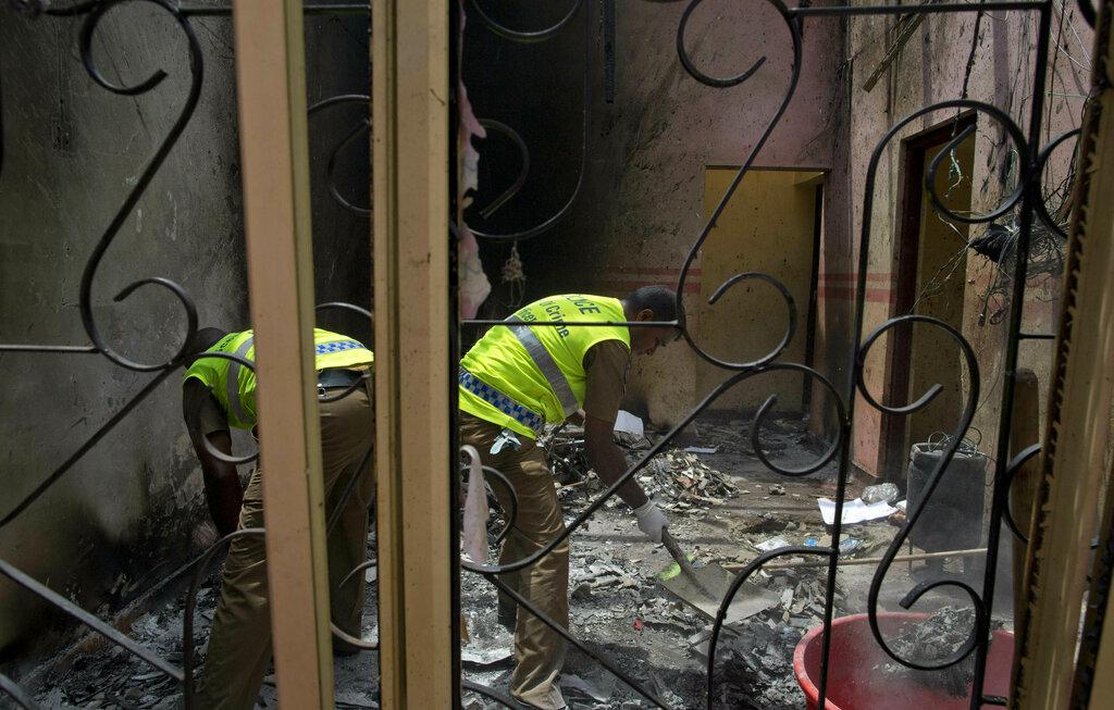 斯里兰爆炸案中,一名父亲在教堂门口将歹徒拦下,拯救了600位民众,但自己因而丧命。 图片