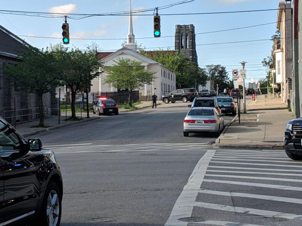 巴尔的摩市一间教堂附近发生枪击案,枪手仍在逃。twitter图片
