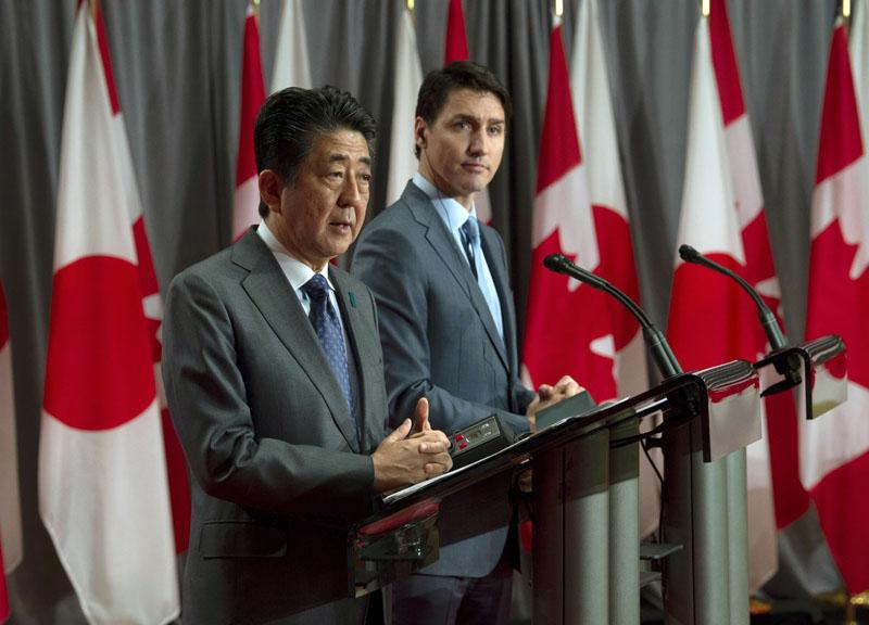 安倍晉三(左)和杜魯多(右)舉行聯合記者會。AP