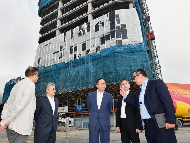 在將軍澳工業邨視察數據技術中心和先進製造業中心的發展進度。政府新聞署圖片