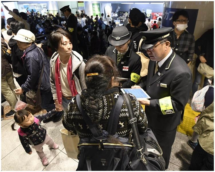 日本警方疏導受影響旅客。網圖