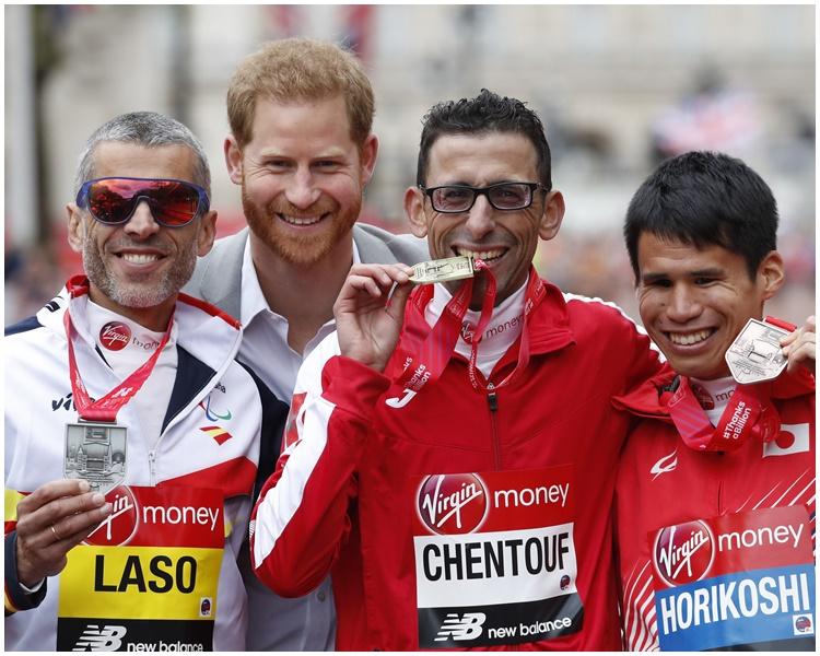 哈里王子與得獎者合照。AP