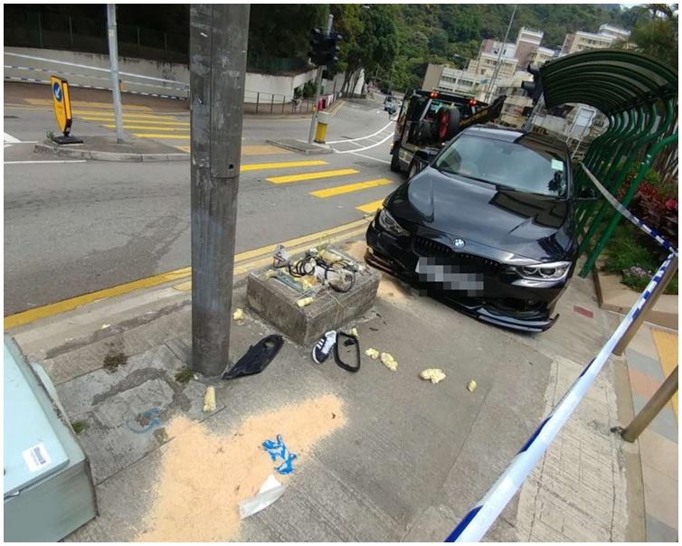被告當日駕駛的寶馬車失控鏟上行人路。資料圖片