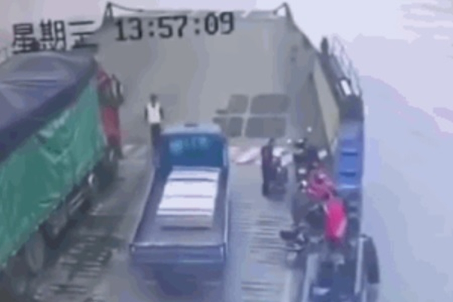 貨車直接衝進長江。影片截圖