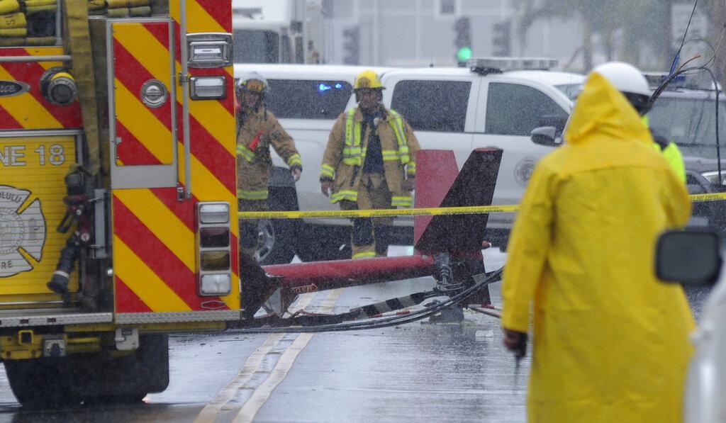消防员清理现场。  图片