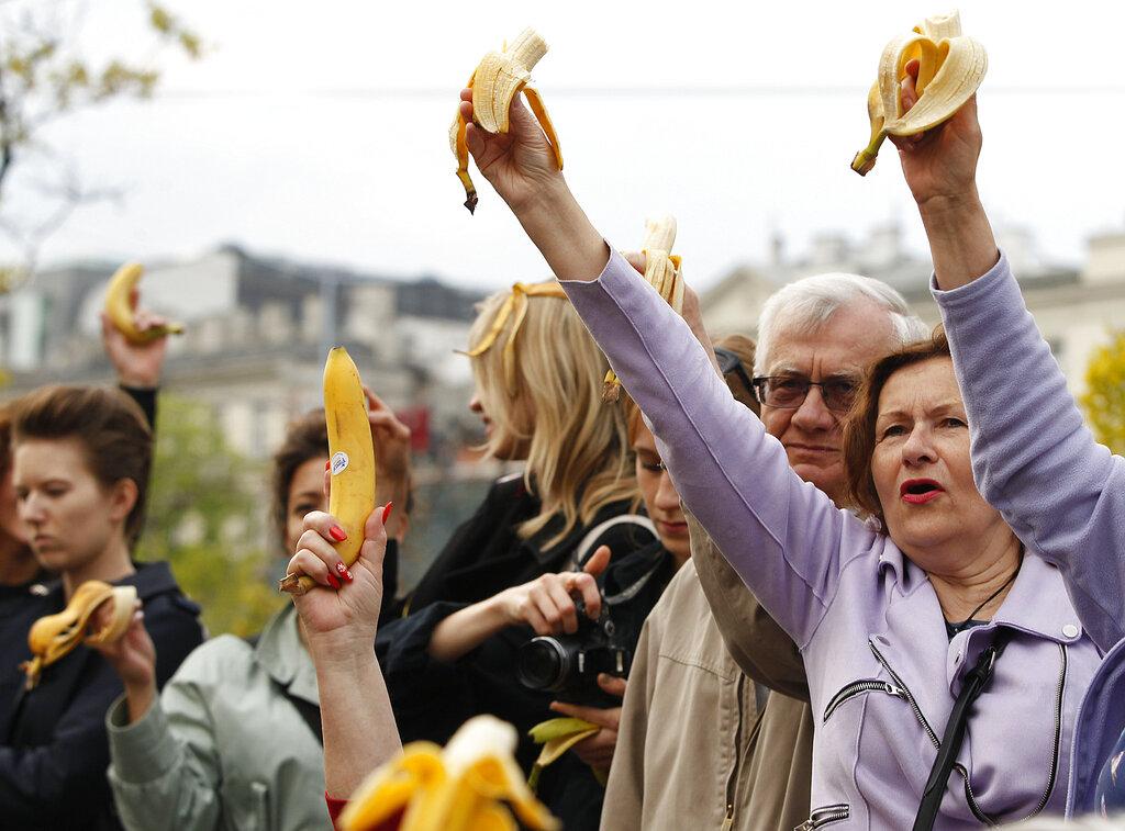 波兰华沙国家博物馆外约有1000人聚集吃香蕉,抗议馆方将视为「不雅」的女子吃香蕉艺术影片下架。 图片