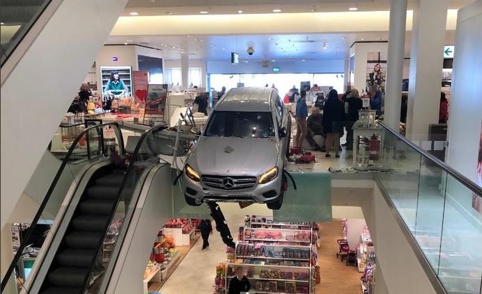德國漢堡一輛私家車衝入購物中心,致兩人受傷。網上圖片