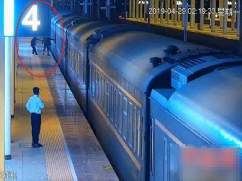 男子不顾车站工作人员劝阻,强行登上致列车紧急停车。 网上图片