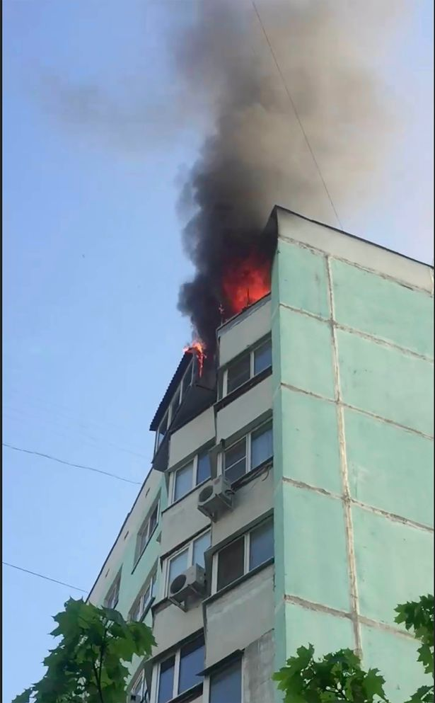 起火的頂層單位冒出濃煙。網圖