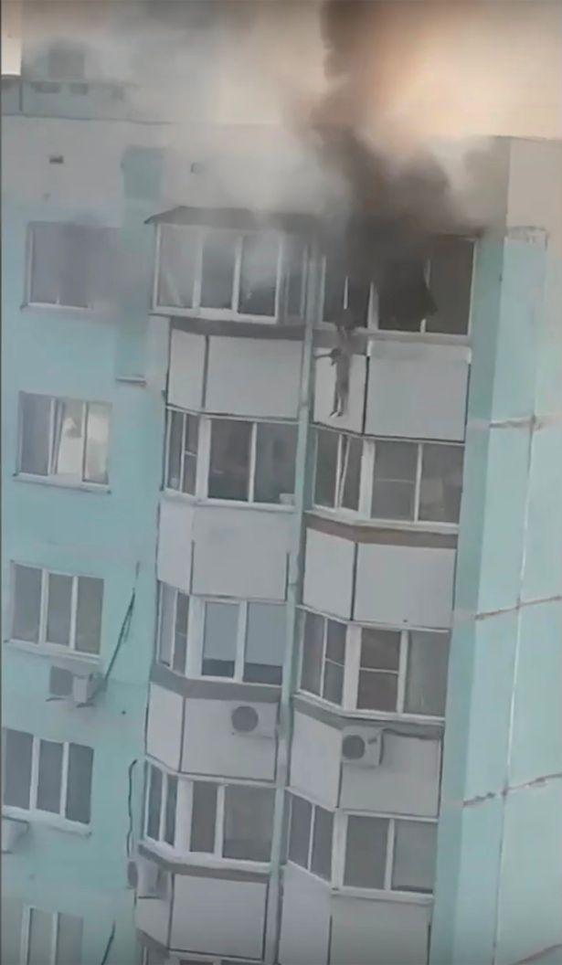 母親將男童放在窗外,放手讓他墮下。網圖