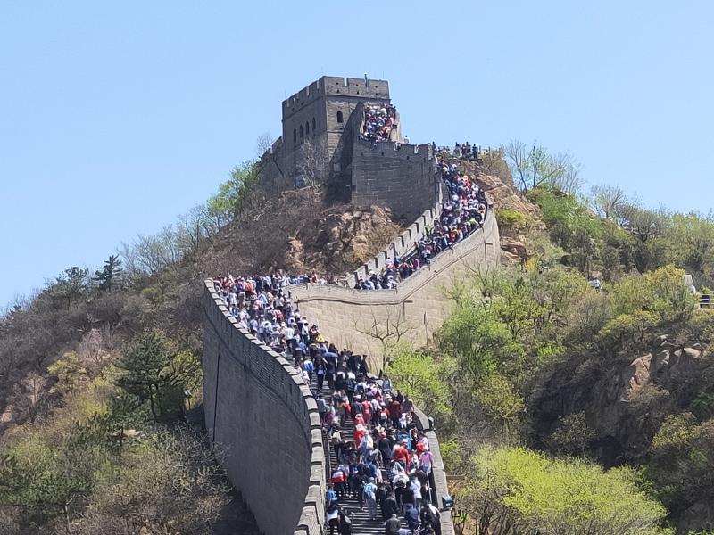 五一勞動節小長假第一天,八達嶺長城迎來5.4萬多名遊客「打卡」。  網上圖片