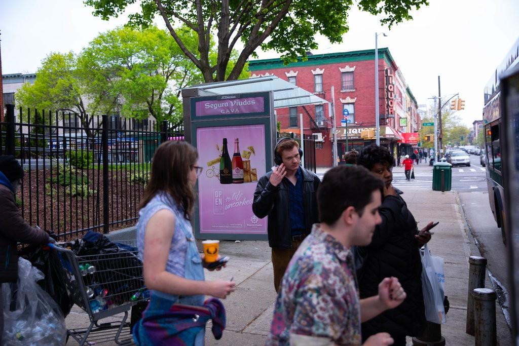 纽约市基于酗酒危害健康,全面禁止在巴士站、报摊、Wi-Fi亭及回收箱等公共设施上售卖酒类广告。 网上图片