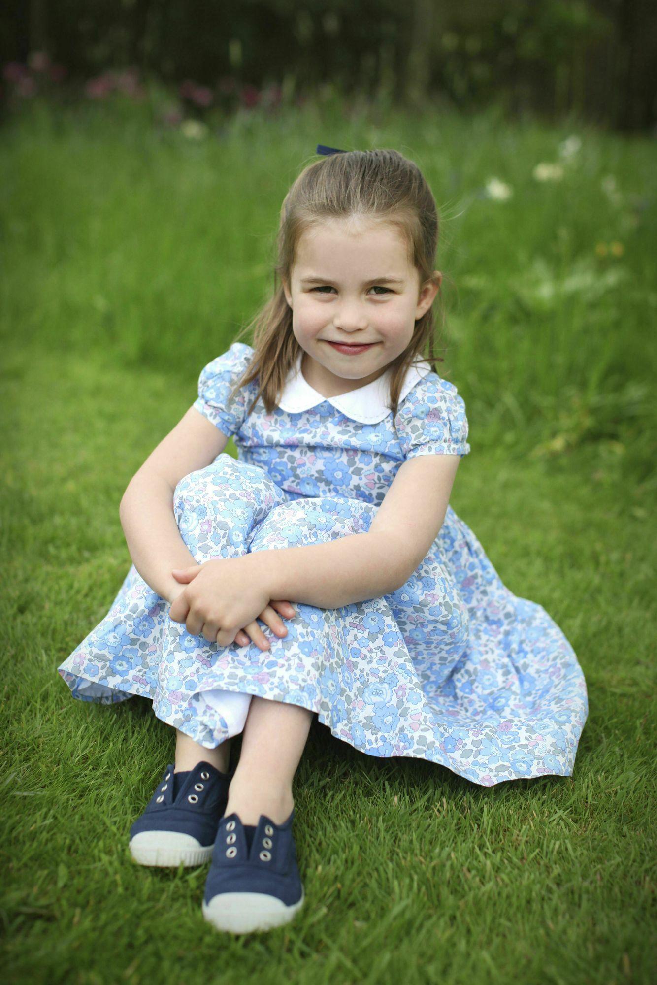 夏洛特公主都对着镜头微笑。