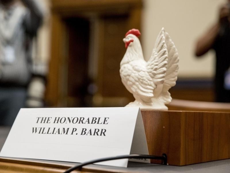巴尔拒绝出席听证会,有议员将一只玩具鸡放于巴尔原定的座位上,揶揄他是懦夫。