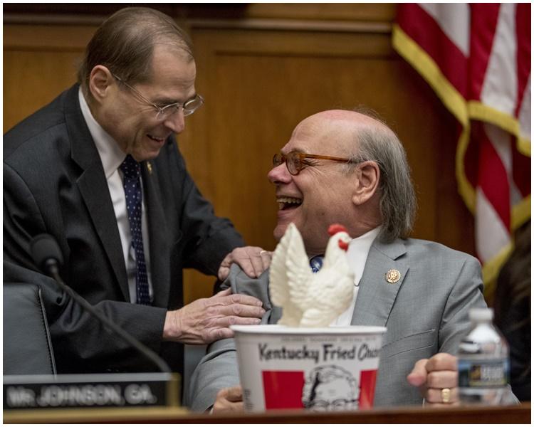 科恩买炸鸡出席听证会,讽刺巴尔胆小。AP