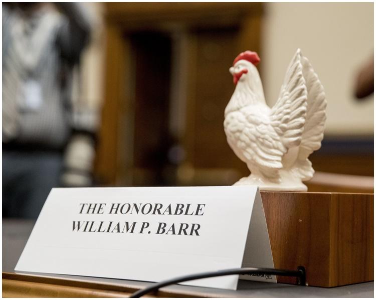 科恩又将玩具鸡放在巴尔的座位上。AP