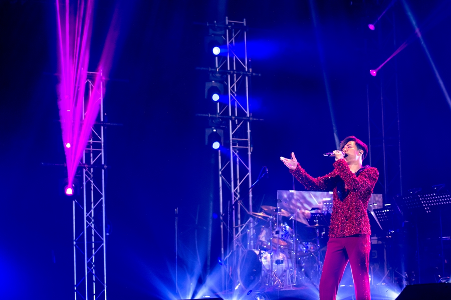 為照顧馬來西亞的歌迷,軒仔特別加插了一些國語歌。