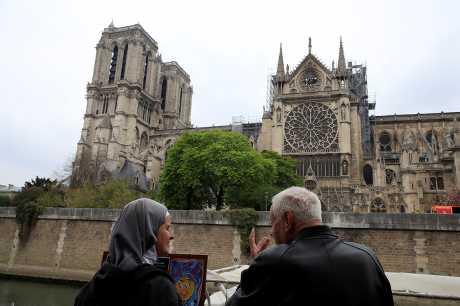 圣母院于4月15日晚上失火,木造屋架烧毁,尖塔亦倒塌。资料图片