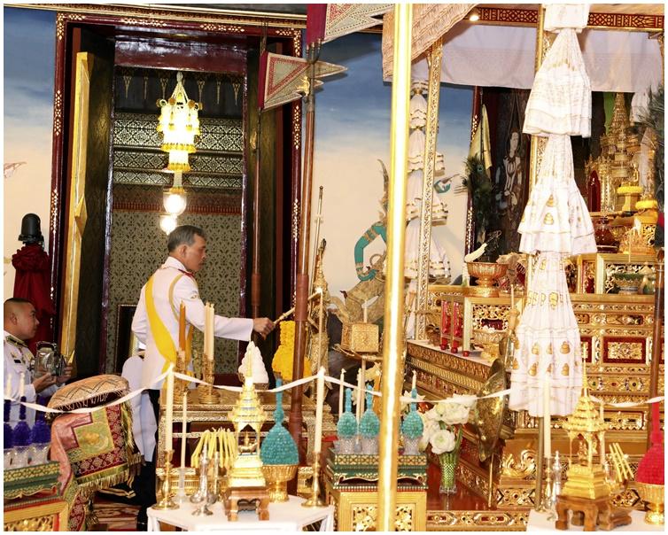 哇集拉隆功为加冕仪式作準备。