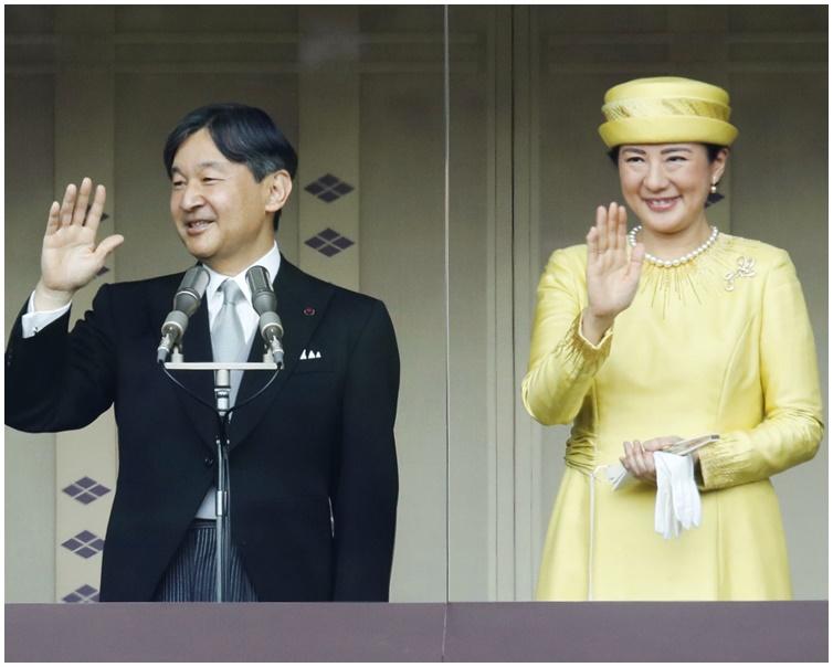 新日皇德仁与皇后雅子与民众见面接受祝贺。