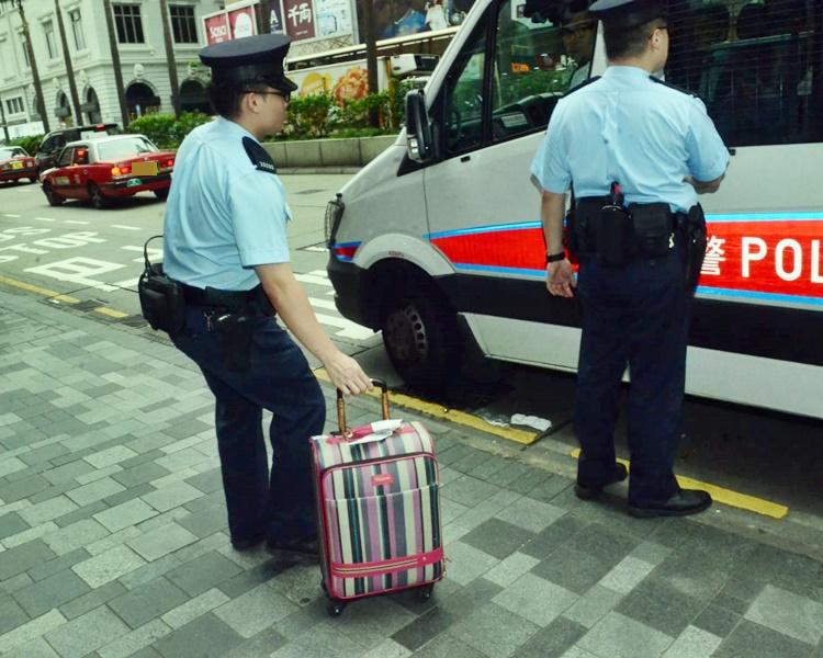 警方事後帶走女子隨身行李喼返回警署。