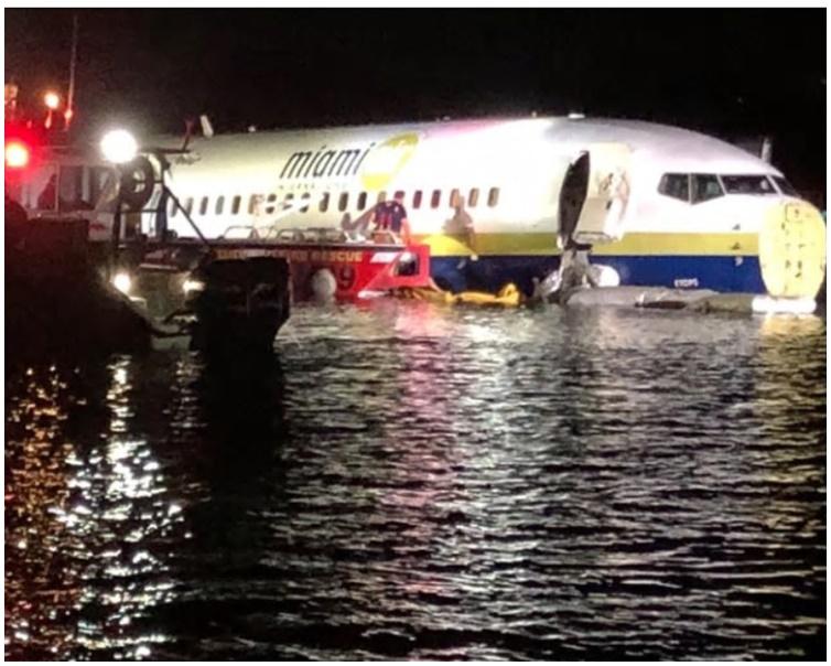 客机降落期间冲出跑道滑落河道。网图