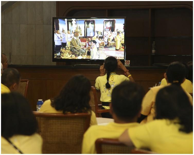 民众聚在一起观看观泰皇加冕。