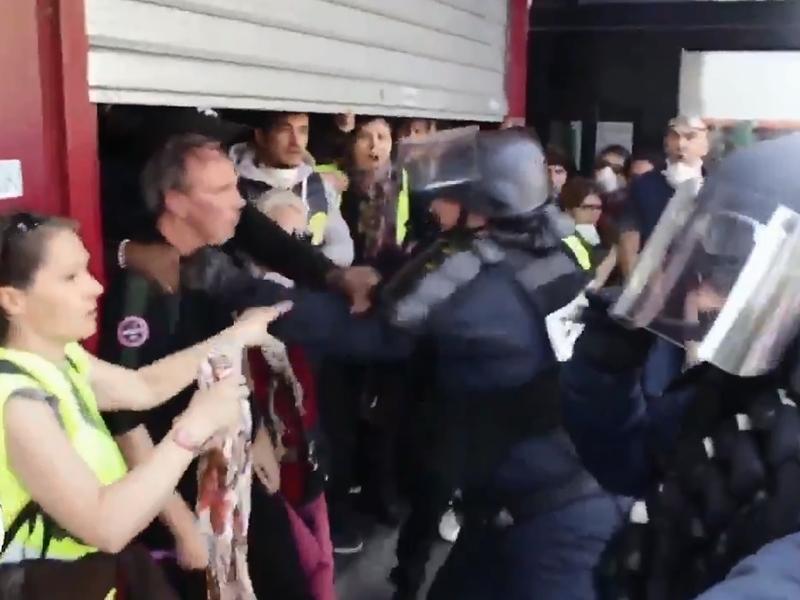 巴黎于五一劳动节当天爆发大规模示威,并触发激烈警民冲突。 影片截图