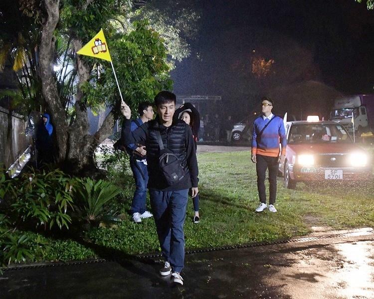 在外景現場,馬明不介意冒雨演出,衣衫盡濕。