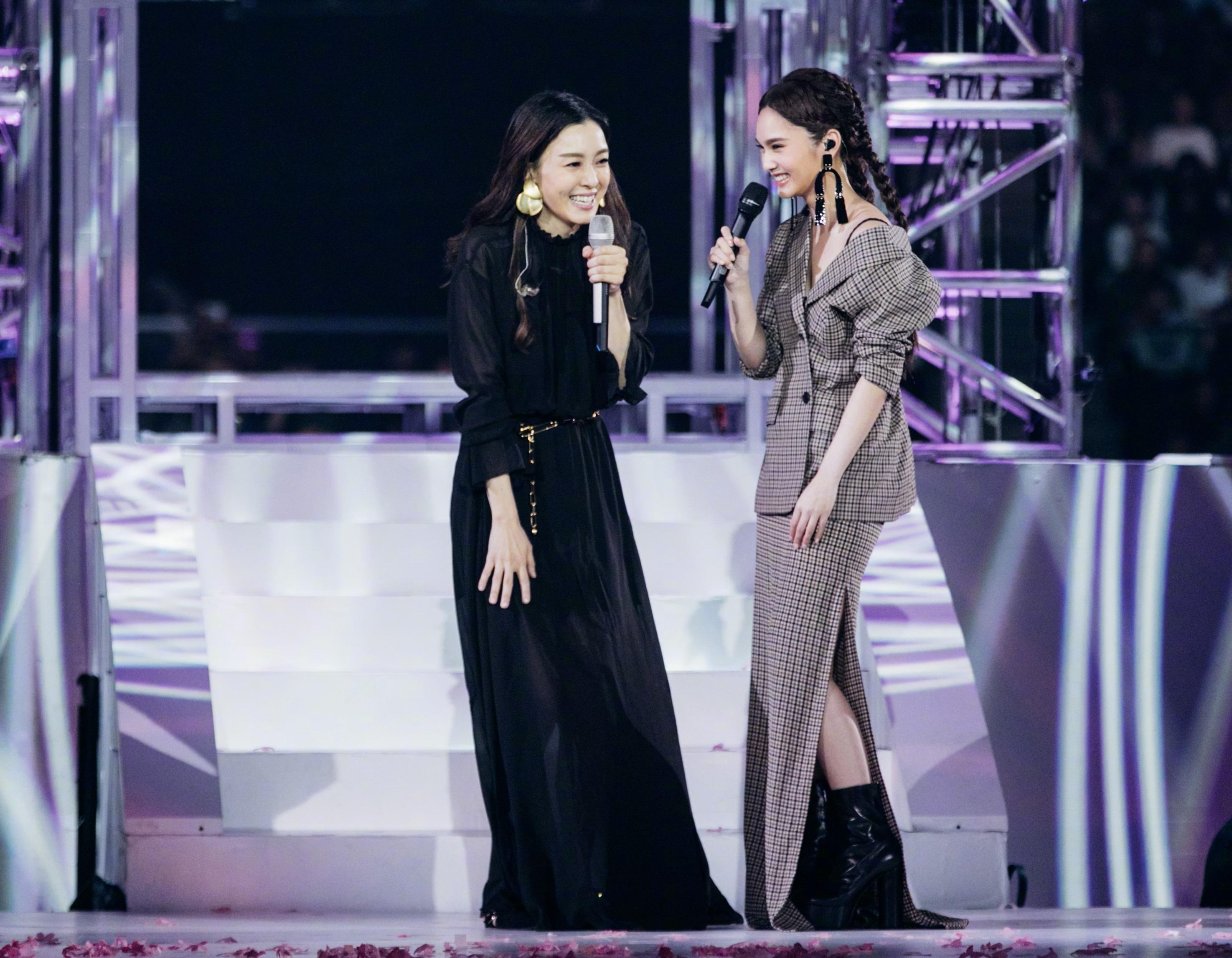 楊丞琳(右)舉行演唱會。網上圖片
