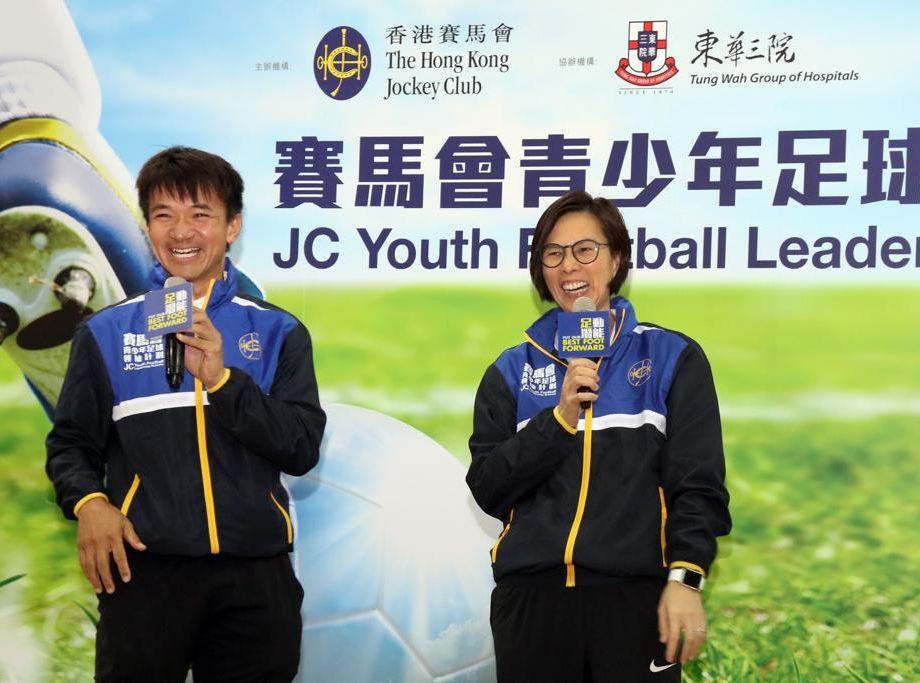 李丽珊及黄金宝为参加「赛马会青少年足球领袖计划2019」的青少年打气。