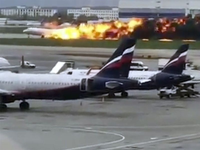 俄羅斯航空客機空中起火。網上圖片