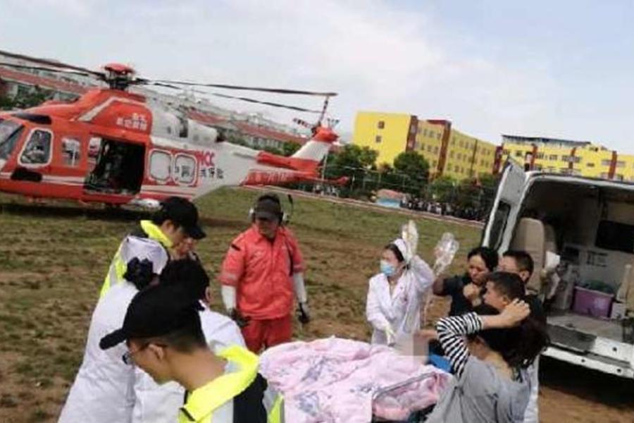 女子被直升機轉送到昆明醫科大學第一附屬醫院呈貢分院。網上圖片