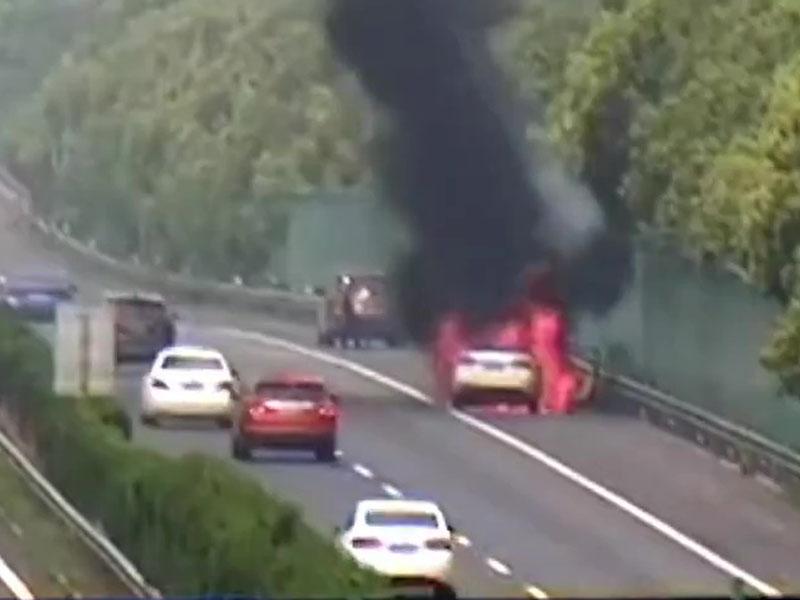 汽車公路上被燒成廢鐵,只因車底黏了一張紙。(網圖)