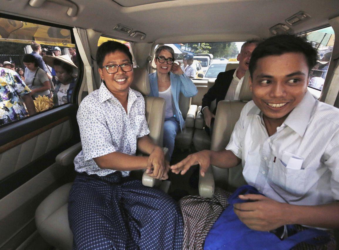 路透社兩名獲普立茲獎的記者瓦隆和覺梭,今日重獲自由。AP