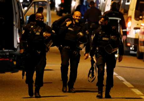 消息人士说,持枪男子朝特警队警员开了最少一枪。