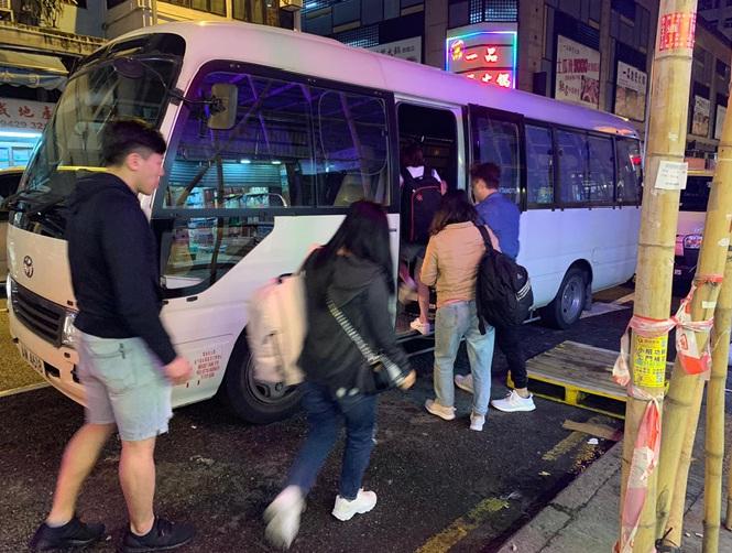 九龙城警区特别职务队就联同入境事务处人员拘捕10名内地女子。警方提供