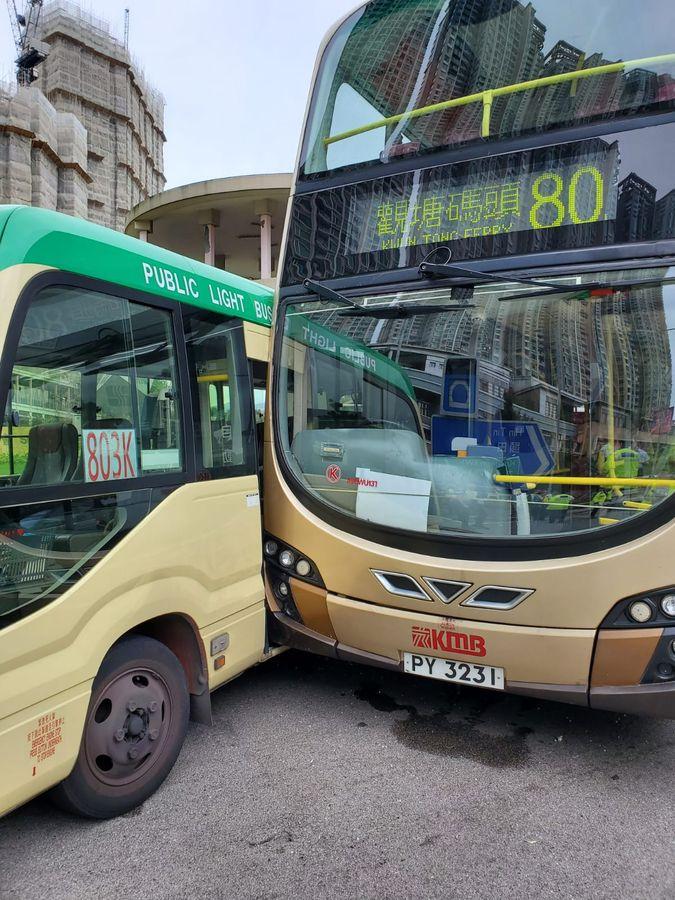绿van与巴士相撞。梁国峰摄