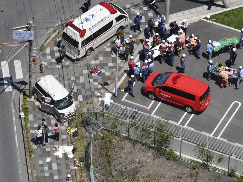 日本滋贺县大津市琵琶湖附近,周三有汽车刬上行人路,撞倒一群正等候过马路的保育园幼童及带队老师。 网上图片