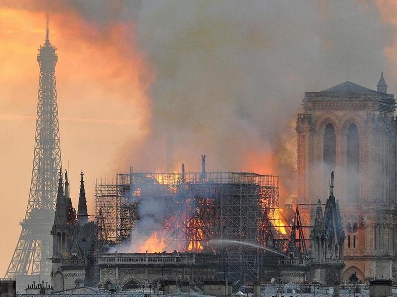 法国巴黎圣母院上月发生大火,400多名消防员英勇救灾,但事件发生后不足一个月,当中6名消防员竟被爆出轮姦挪威女大学生。 图片