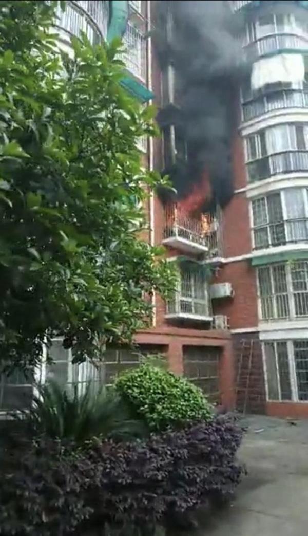 內地網絡今日流傳一道消息稱,湖南一中三男生因遭到家長責罵,繼而揮刀傷母並點燃家中煤氣縱火。網上圖片