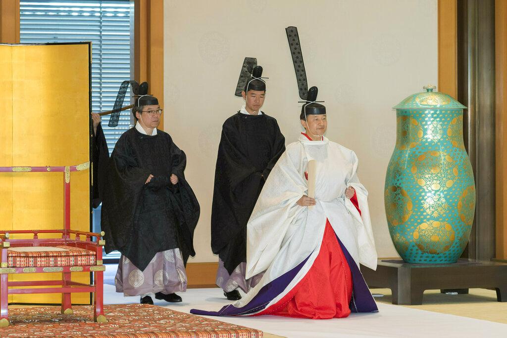新日皇德仁即位后首度穿着「黄栌染御袍」,在皇居宫中三殿首次出席宫中祭祀。 图片