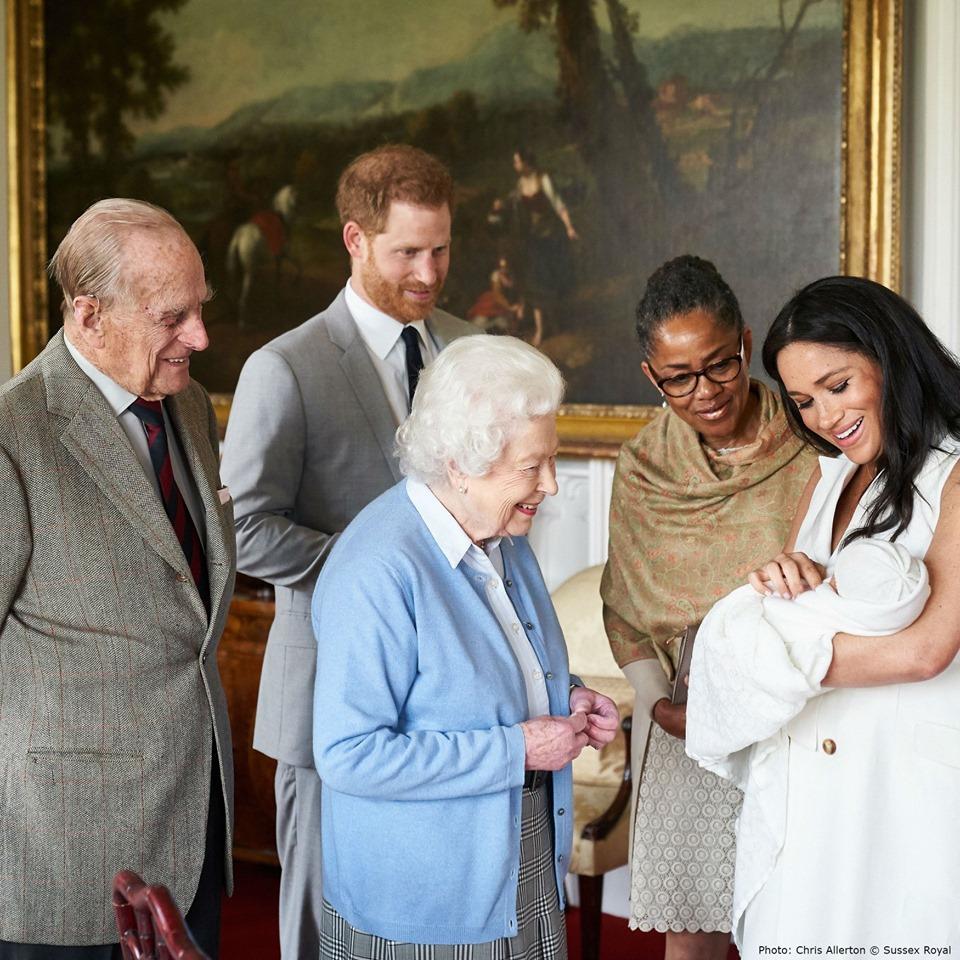 哈里与梅根带刚出生的儿子觐见英女王。