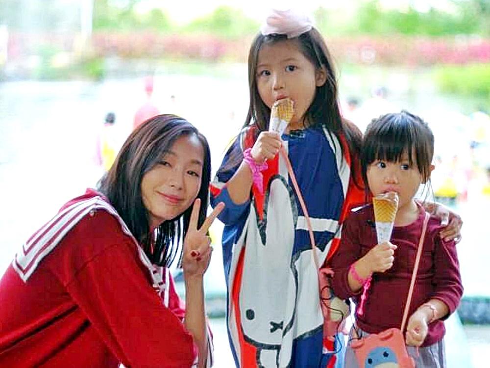 趙頌茹(左)與長女周信希(中)及細次女周愛希。資料圖片