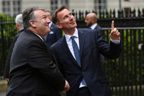(左起)蓬佩奥与英国外相侯俊伟举行联合记者会。