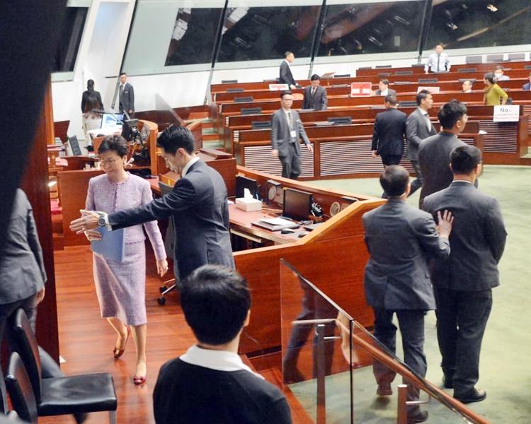 梁君彦宣布暂停会议,林郑月娥暂时离场。